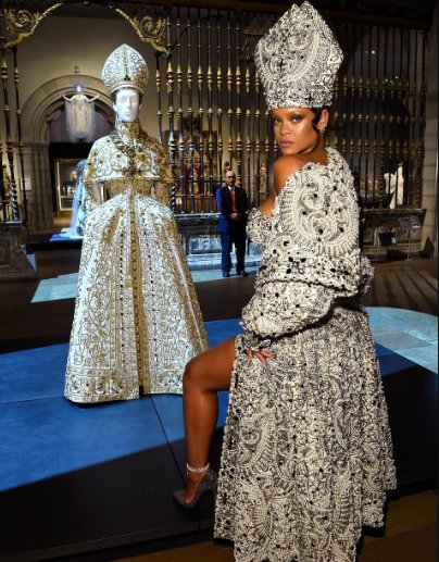 Photo of Video of Rihanna strutting among the statues of the Greek and Roman galleries in her show stopping Met Gala outfit