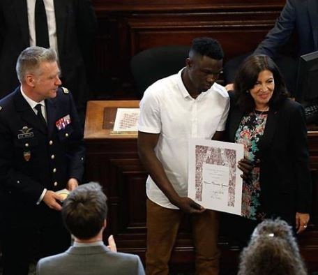 "Photo of Paris Mayor awards Malian migrant, Mamoudou ""Spider-Man"" Gassama the city's 'Grand Vermeil' medal"