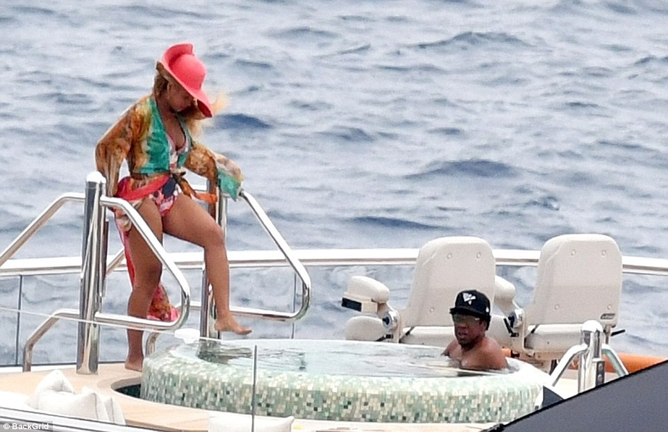 Photo of Beyoncé and Jay-Z enjoy a relaxing afternoon on $180million luxury yacht with their three children in Capri (Photos)