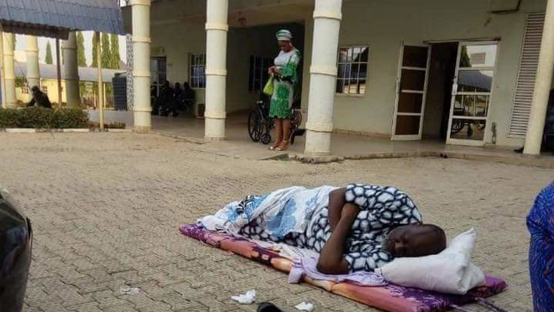Photo of Dino Melaye sleeps outside DSS hospital in protest