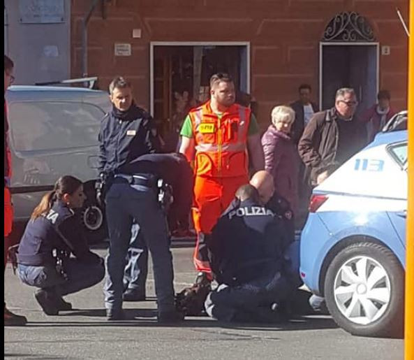 Photo of Italian police officers prevent another Nigerian man from committing suicide at Genova train station