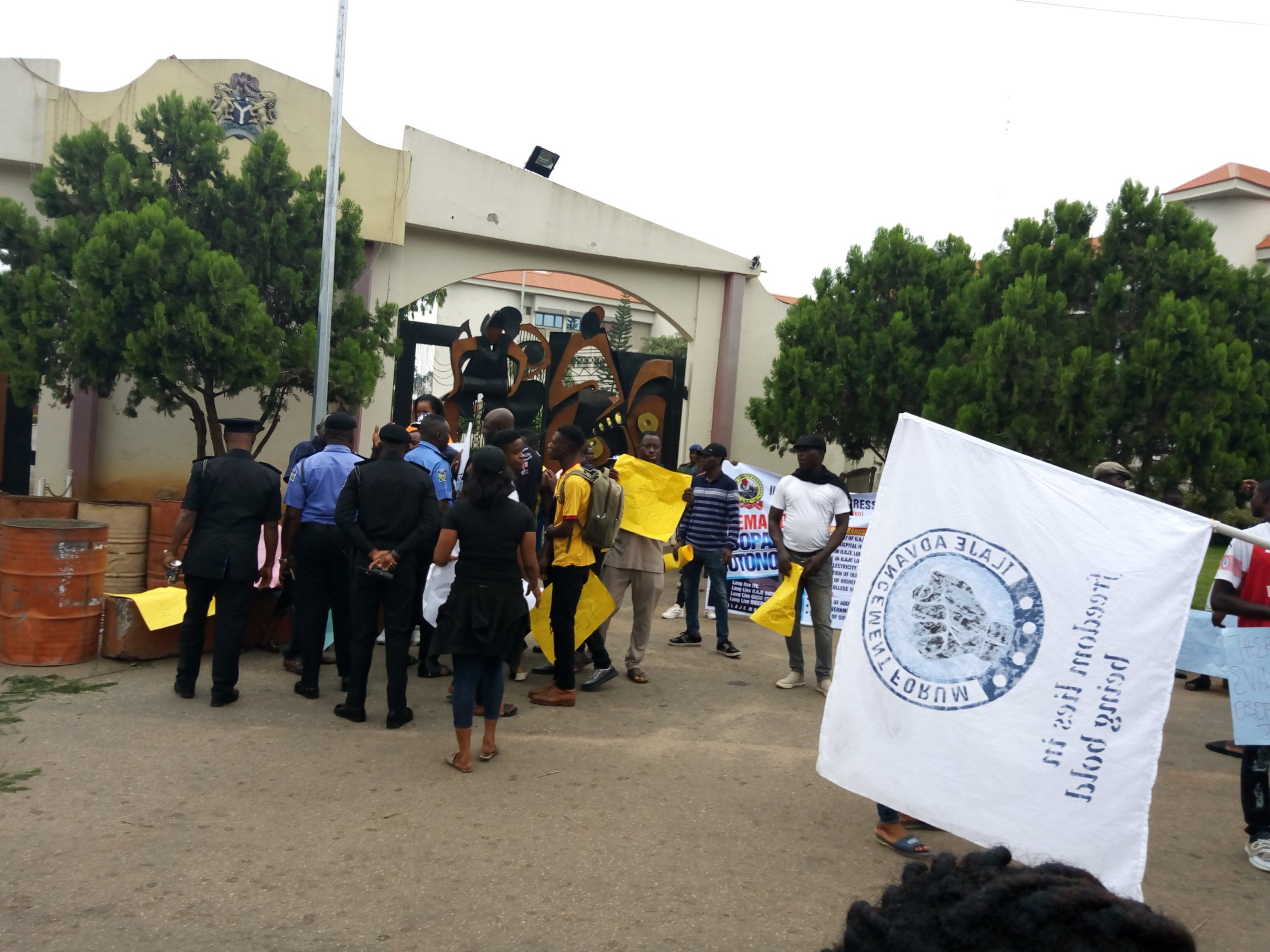 Photo of Breaking: Ondo state youths shut down governor's office