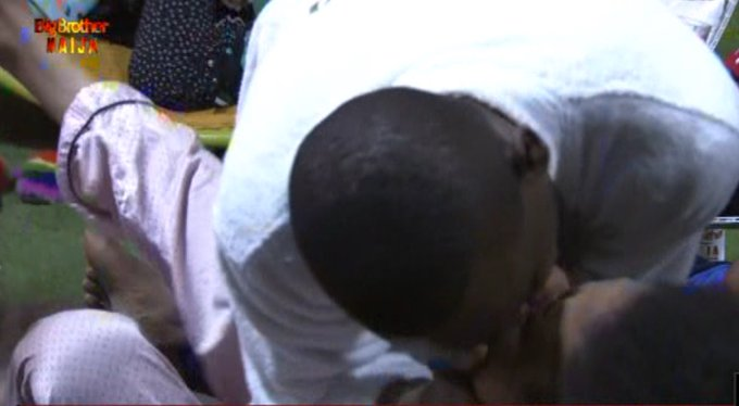 Photo of BBNaija 2019: Video of Omashola kissing new housemate Venita